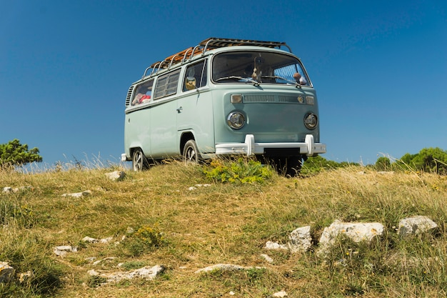 Un van sur la colline pour la liberté