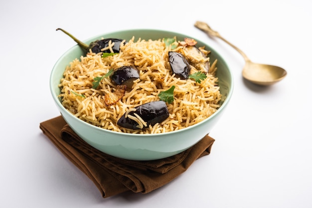 Vangibhath ou riz brinjal ou biryani aubergine servi dans un bol ou karahi