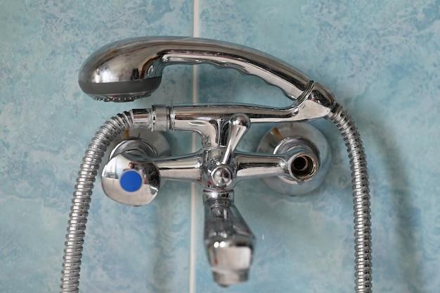 Vanne d'eau chaude cassée. arrêtez l'eau chaude