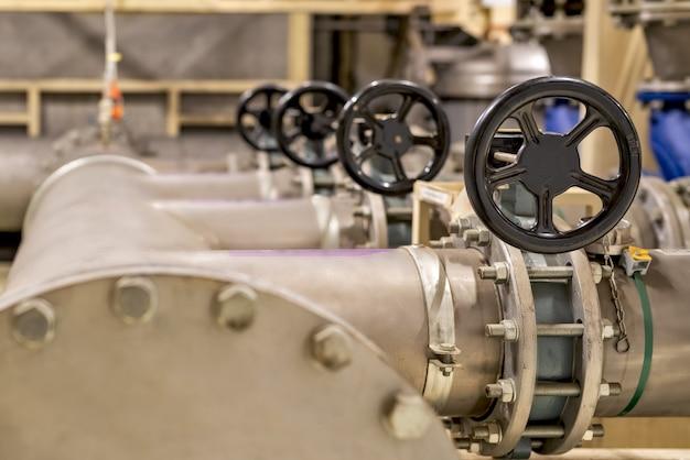 Vanne noire sur les tuyaux de la salle de production