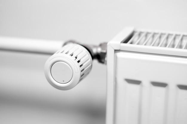Vanne de régulation sur un radiateur de chauffage central dans une pièce