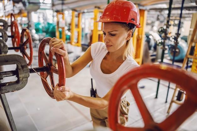Vanne de vissage des travailleurs dans l'installation de chauffage.