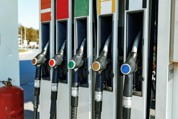 Vannes de distribution de carburant colorées à la station-service