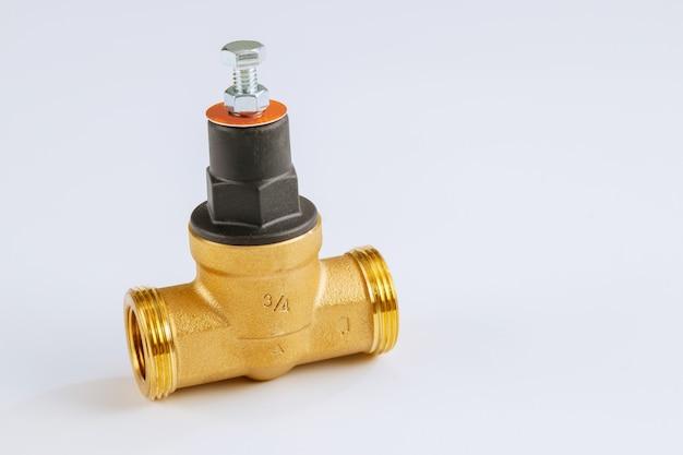 Vannes pour canalisations de systèmes d'alimentation en eau sur blanc isolé.