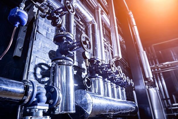 Les vannes et les tuyaux d'un mur de brasserie moderne artisanale