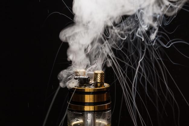 Vape avec de la fumée sur un fond noir
