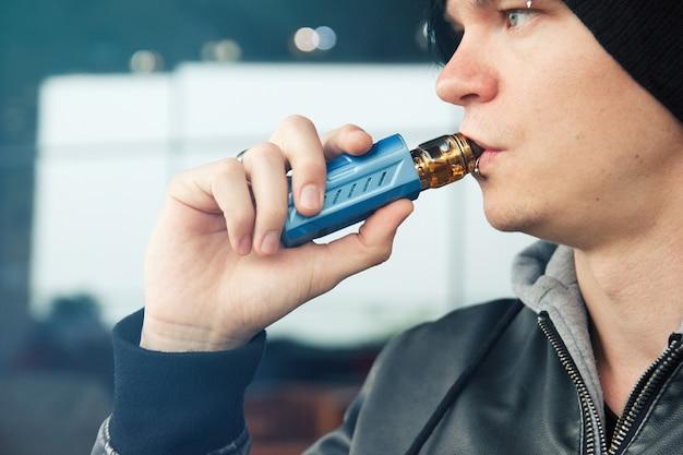 Vape fumeur ou vapeur jeune homme