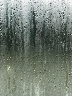 Vapeur brumeuse à la fenêtre du miroir