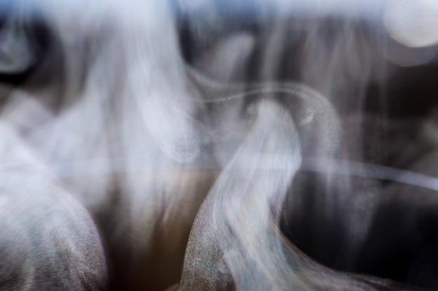 Vapeur d'eau blanche sur fond noir. photo en gros plan