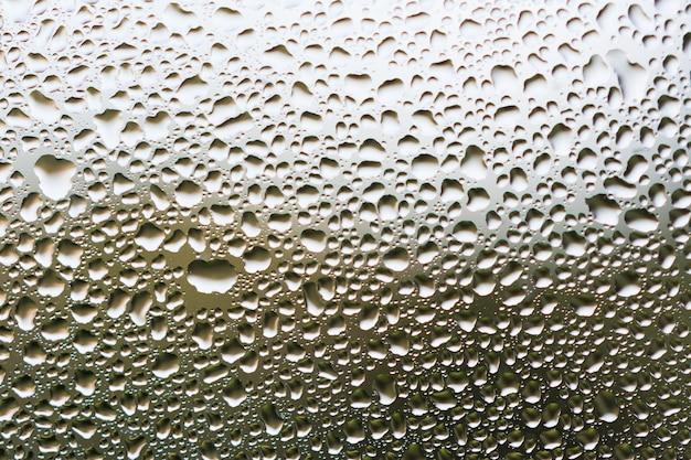 Vapeur d'eau dans un verre froid de fenêtre en arrière-plan