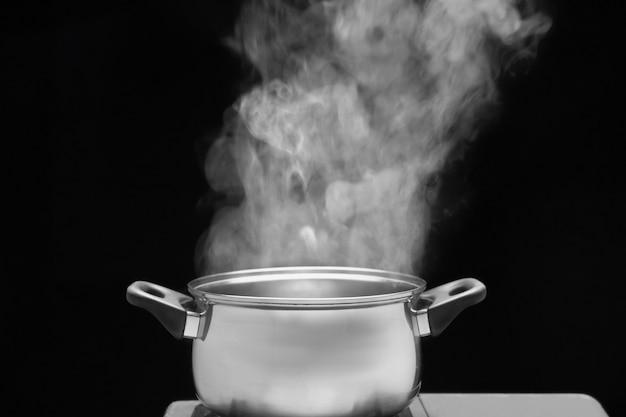 Vapeur sur la marmite dans la cuisine