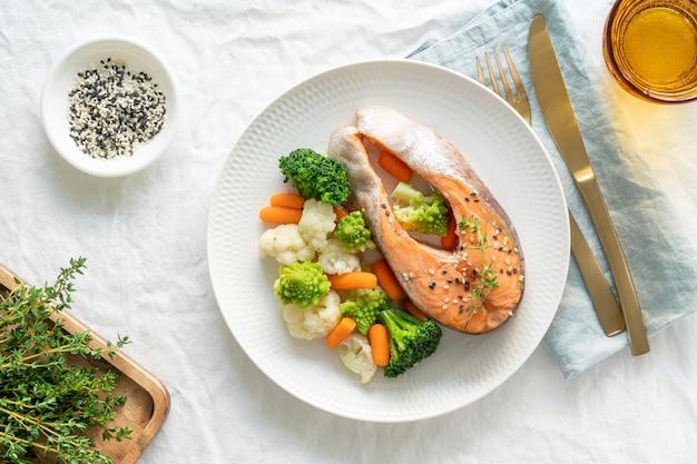 Vapeur de saumon et légumes, vue de dessus. paléo, céto, fodmap, régime dash.