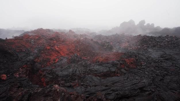 La vapeur sortant des fissures de la couche de lave volcanique du volcan tolbachik kamchatka russie