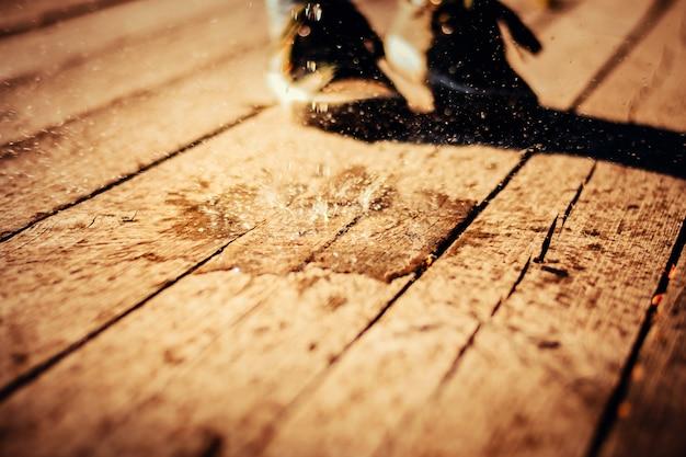 Vaporiser des gouttelettes d'eau sur une surface en bois