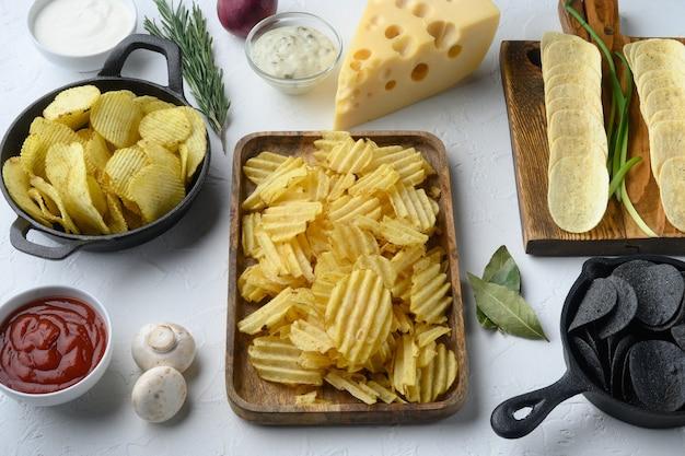 Variation de chips de pommes de terre différentes avec fromage et oignon, avec trempette sauce tomate crème sure