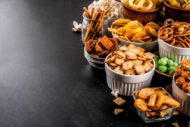 Variation différents craquelins malsains, maïs éclaté salé, tortillas, noix, pailles, bretsels