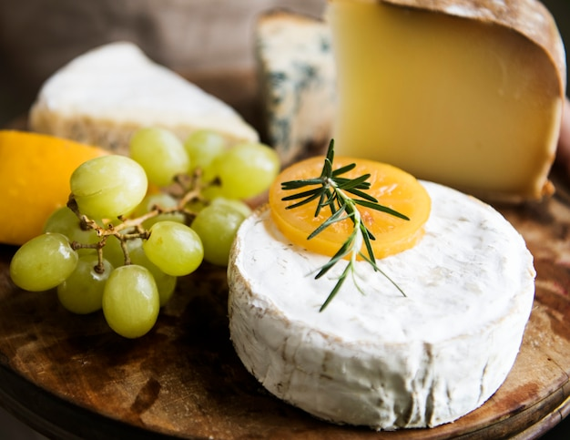 Variation de fromage et de raisins verts sur une idée de recette de photographie de plat en bois