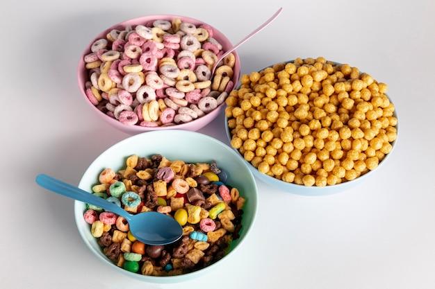 Variété de bols et de céréales vue haute