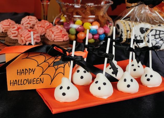 Variété de bonbons sur la table en l'honneur d'halloween