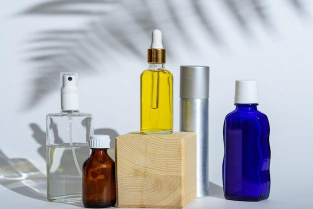 Variété de bouteilles cosmétiques sur fond blanc avec ombre, concept de produit cosmétique
