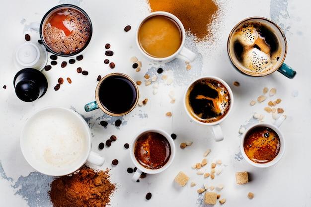 Variété de café dans des tasses en céramique