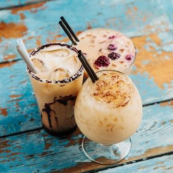 Variété café glacé au lait, sirop de chocolat. boissons fraîches d'été.