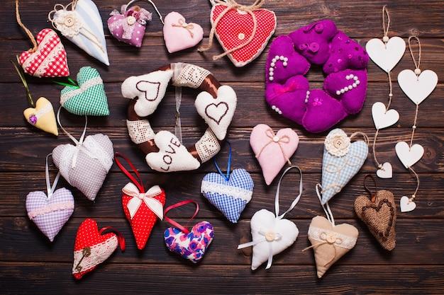 Variété de coeurs en textile et en bois sur le marché des vacances. saint valentin