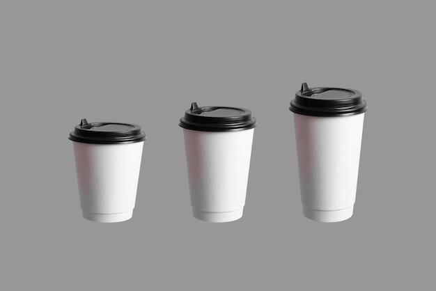Une variété de colletcion un ensemble de tasses en papier café de différentes tailles isolées