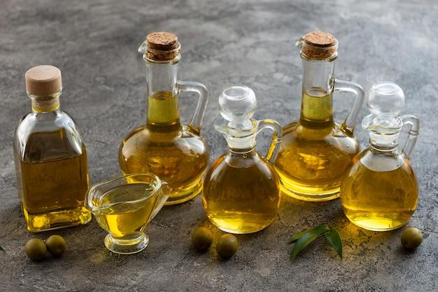 Variété de conteneurs remplis d'huile d'olive