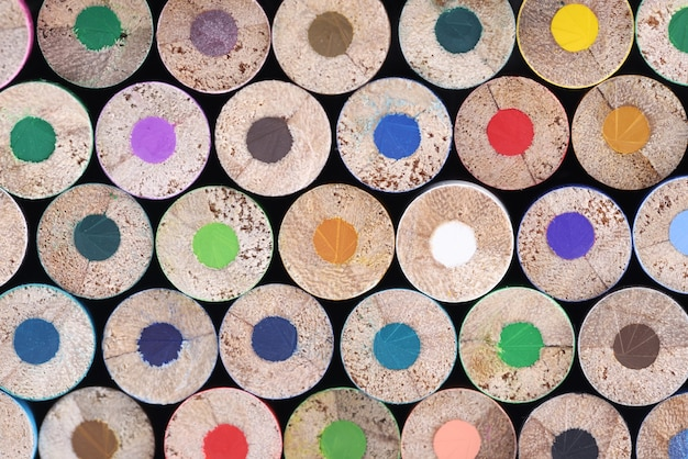 Variété de crayons de couleur fournitures d'art scolaire en gros plan
