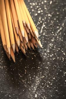 Une variété de crayons graphite
