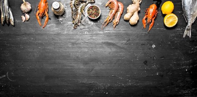 Une variété de crevettes, poissons et crustacés sur un tableau noir