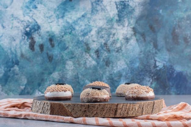 Variété de délicieux biscuits à la truffe sucrée sur morceau de bois.