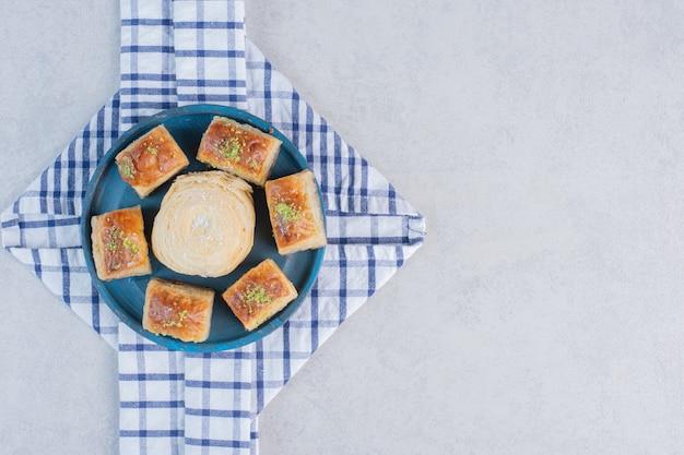 Variété de délicieux desserts sur planche de bois.