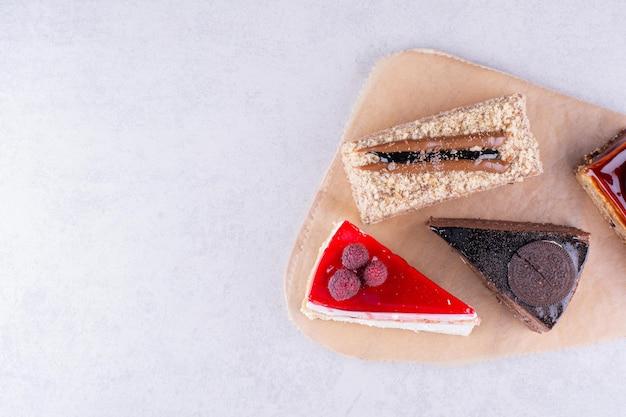 Variété de délicieux gâteaux sur planche de bois. photo de haute qualité