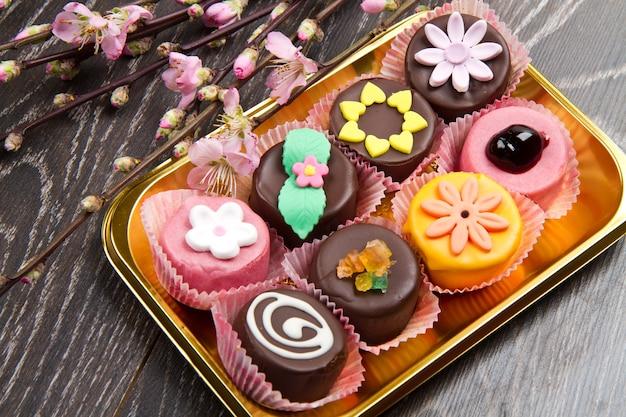 Variété de dessert sicile cassate avec fleur de printemps sur bois