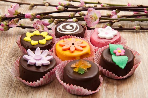 Variété de dessert sicile cassate avec fleur de printemps