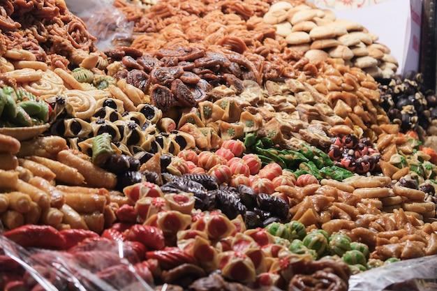 Variété de desserts colorés sur le marché du souk marocain. marrakech, maroc.