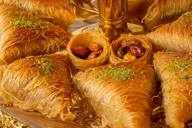 Variété de desserts turcs servis sur cake stand