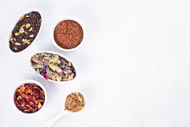 Variété de différents types de thé. tisane, noir, vert, rouge, thé aux fruits. détox, apaisante, antioxydante, tonifiante, boissons rafraîchissantes