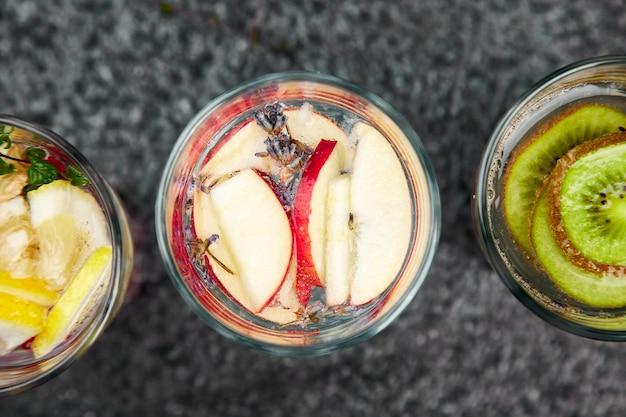 Variété d'eau infusée detox. régime. boisson saine.