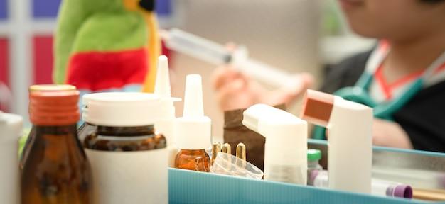 La variété d'emballages de médicaments sur le tacle comprend un flacon de sirop mdi en vaporisateur sur fond flou