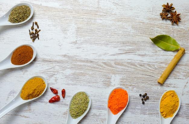 Variété d'épices affichées dans des cuillères
