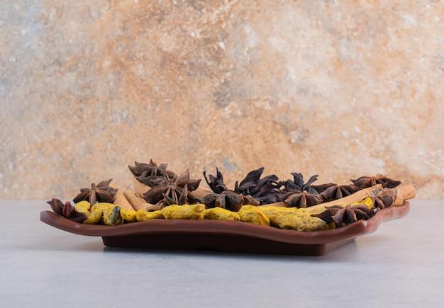 Variété d'épices sur fond de béton.