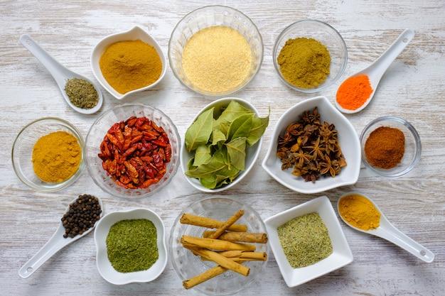 Variété d'épices présentées dans des cuillères et des bols