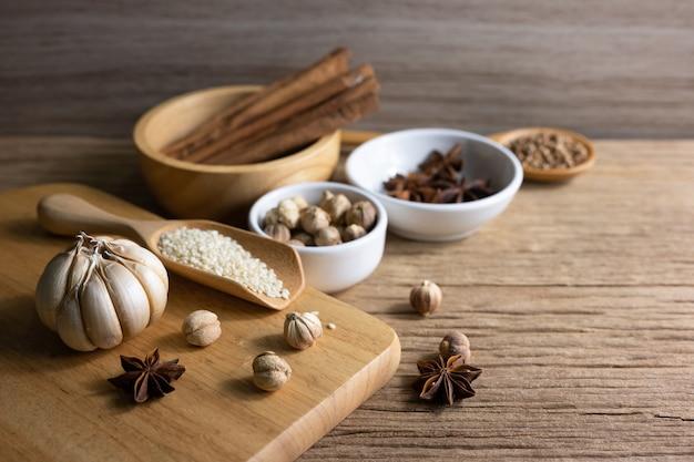 Variété d'épices thaïlandaises et indiennes et suppléments d'herbes naturelles