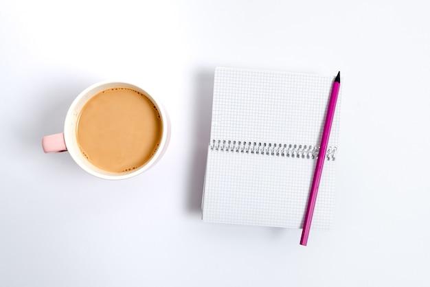 Variété épinglée de notes d'autocollant de papier de couleur vide maquette utilisée pour le contenu. accessoires pour ordinateur portable en papier et fournitures scolaires avec téléphone portable disposés sur différents arrière-plans plats