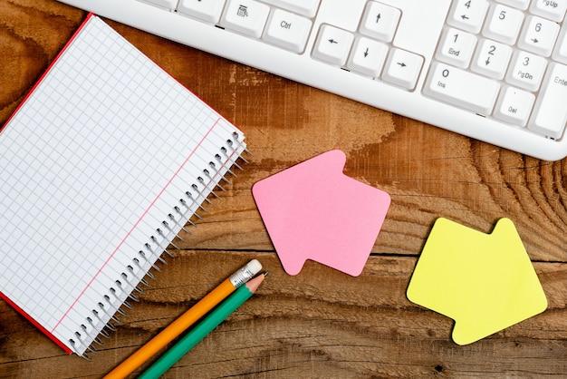 Variété épinglée de notes d'autocollant de papier de couleur vide maquette utilisée pour le contenu. carnet de papier