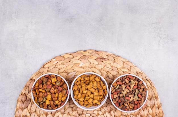 Une variété d'espace de copie de nourriture sèche pour chats