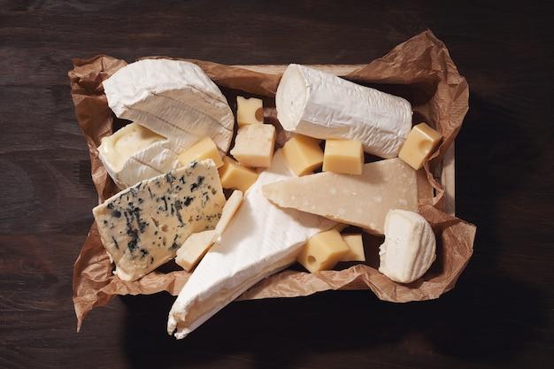 Variété de fromages différents avec du vin.